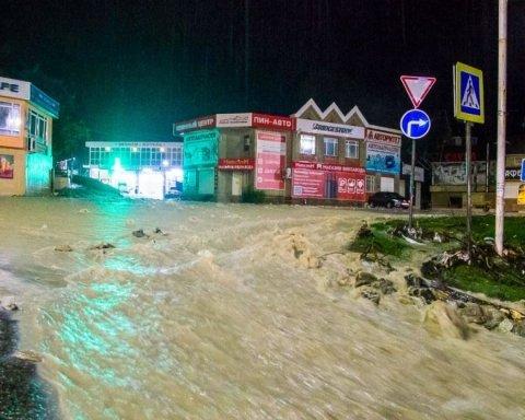Наводнение в Краснодарском крае: в сети появились жуткие кадры стихии, есть погибшие