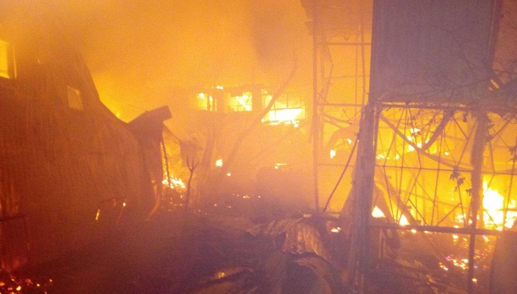 Немає під'їздів, гідрантів та вибухи газу: як гасили масштабну пожежу причалу в Одесі