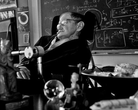 Бог, суперлюди и оружие с «мозгами»: мир ждет последнюю книгу Стивена Хокинга, о чем она
