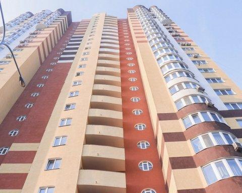 В Киеве мужчина выпал с 24 этажа: фото очевидцев
