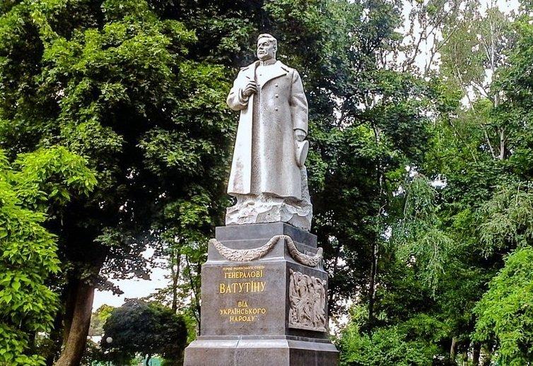 Націоналісти спробували знести пам'ятник у центрі Києва: фото і відео акції