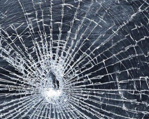 У Херсоні машину помічника депутата атакували зі зброєю: подробиці