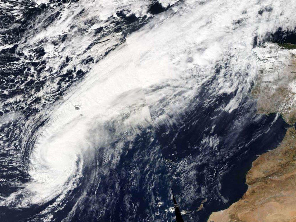 На Европу обрушился мощный ураган-«зомби»: появились видео