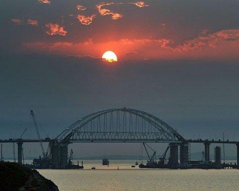 Частина Кримського мосту обвалилася в море: в мережі показали відео