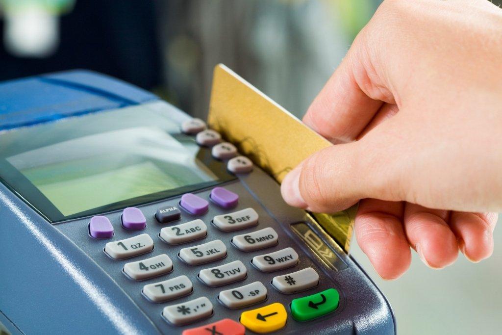 Украинцы будут снимать наличные с карт прямо в кассах магазинов: НБУ готовит важное решение