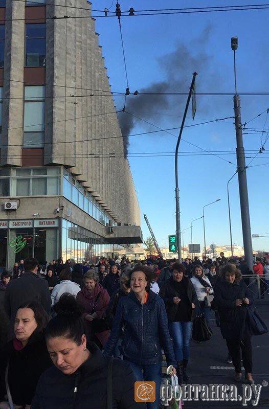 В Санкт-Петербурге масштабный пожар, сотни людей эвакуированы