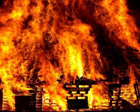 У Санкт-Петербурзі масштабна пожежа, сотні людей евакуйовані