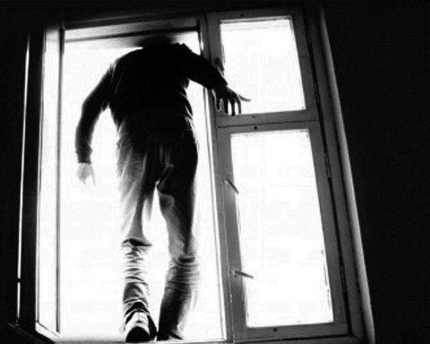 Мужчина выпрыгнул из окна высотки посреди белого дня: детали ЧП