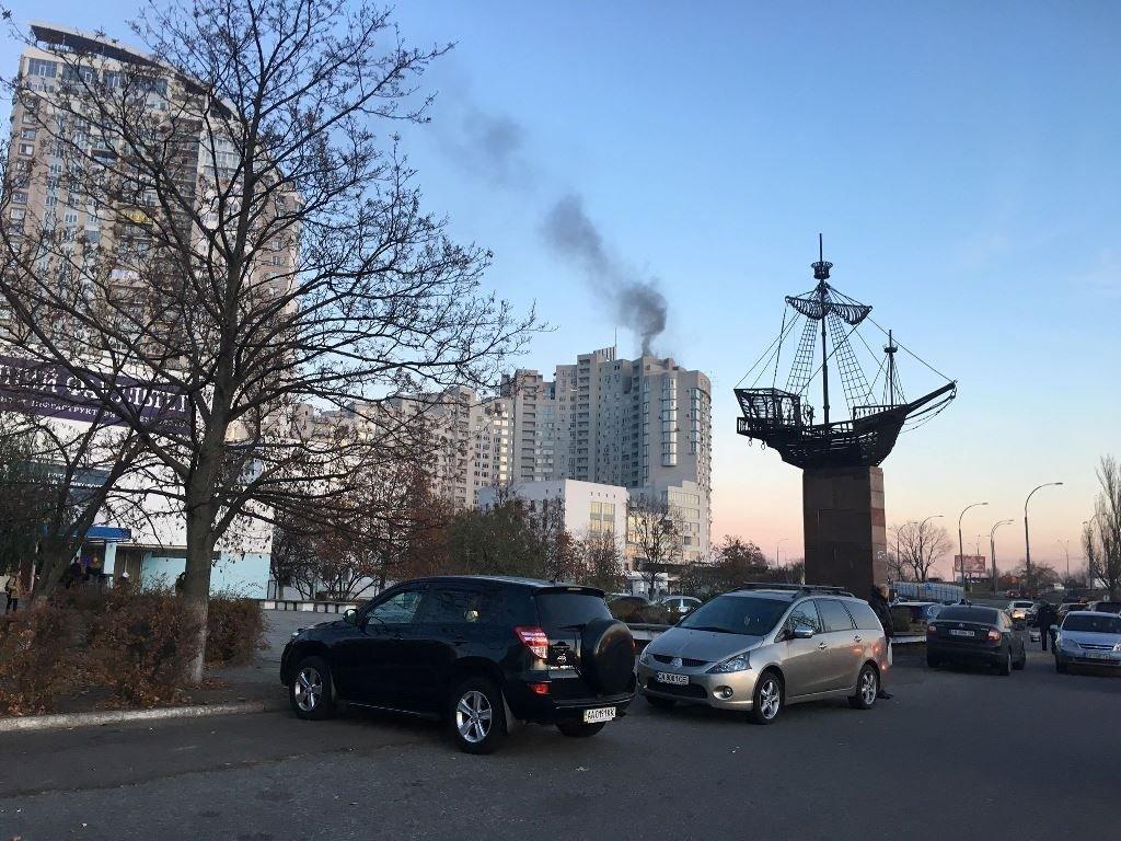 У київській новобудові спалахнула пожежа: відео з місця НП