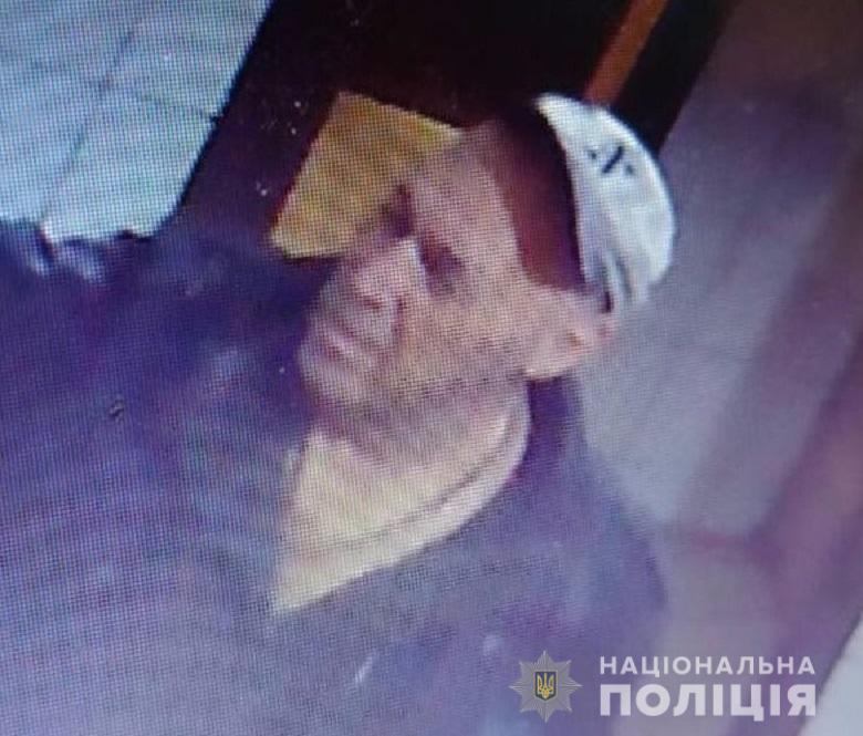 В Киеве неизвестный дерзко убил консьержку: подозреваемый попал на видео