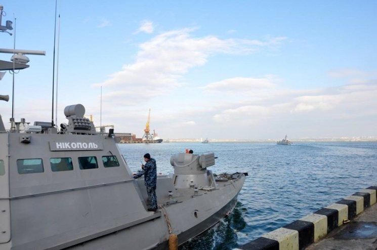 Появилось новое видео с захваченными Россией кораблями: один из катеров «занял» морской отряд