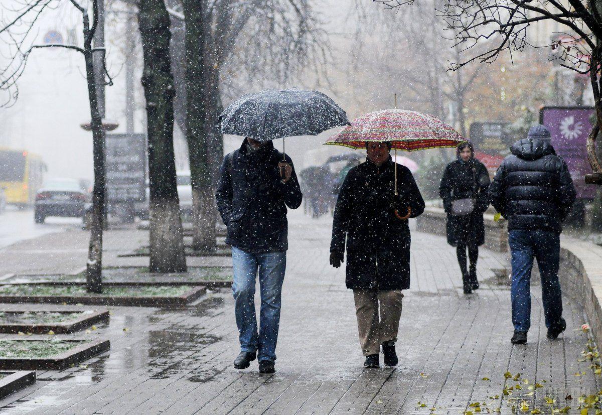 Сонце, дощ та сніг: синоптики поділились прогнозом погоди на завтра