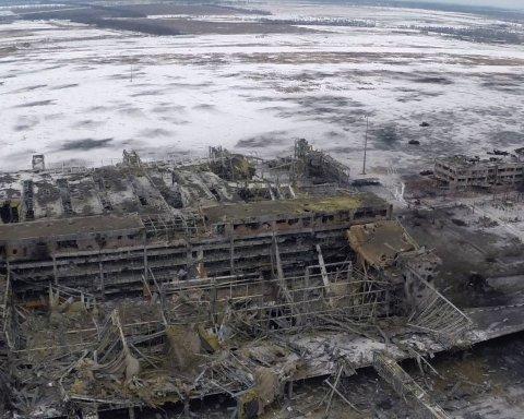 Боевики устроили танцы с песнями на руинах в Донецке: появилось видео