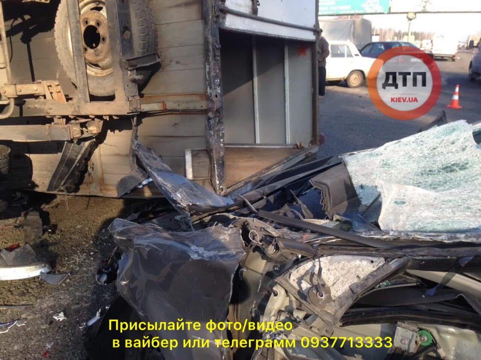 Під Києвом сталася масштабна ДТП із постраждалими: фото з місця аварії