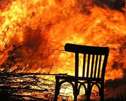 В Киеве горит общежитие: видео с места ЧП