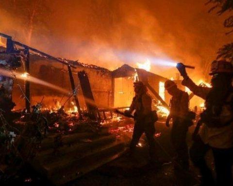 В метрах от сотни людей: появилось видео страшного пожара в Калифорнии