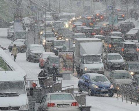 Снегопад в Киеве: столица замерла в затяжных пробках