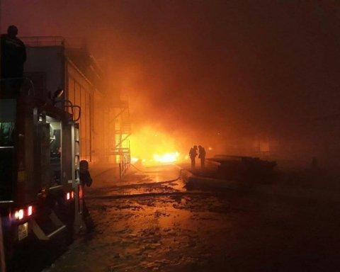 Под Одессой вспыхнул масштабный пожар: фото и видео с места событий