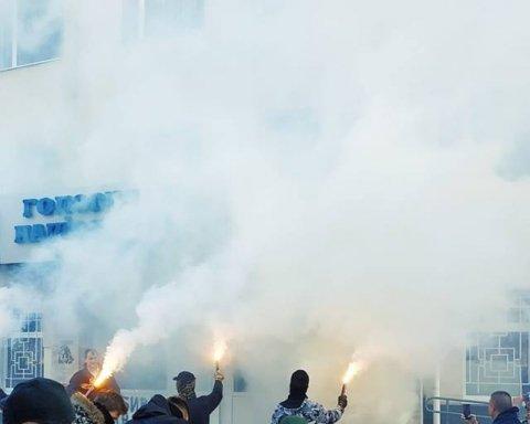 Вбивство Гандзюк: в Херсоні з вогнем і димом атакували поліцію