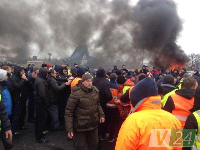 """Бунт власників """"євроблях"""" переріс у масову бійку: з'явилися фото і відео"""