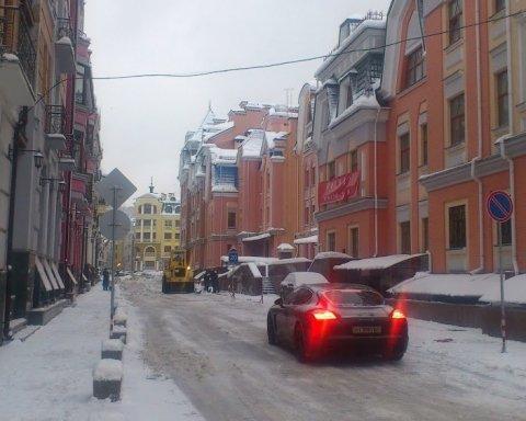 Одна машина заблокировала целый район Киева: фото «героя парковки»