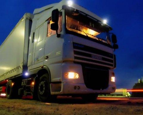 Оторвало ногу: опубликованы фото жуткого ДТП с грузовиком под Киевом