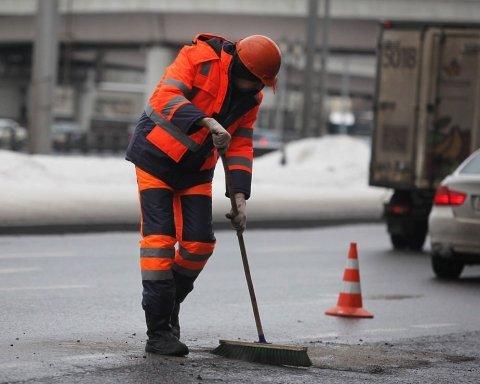 Под Киевом решили положить асфальт в снег: появились фото