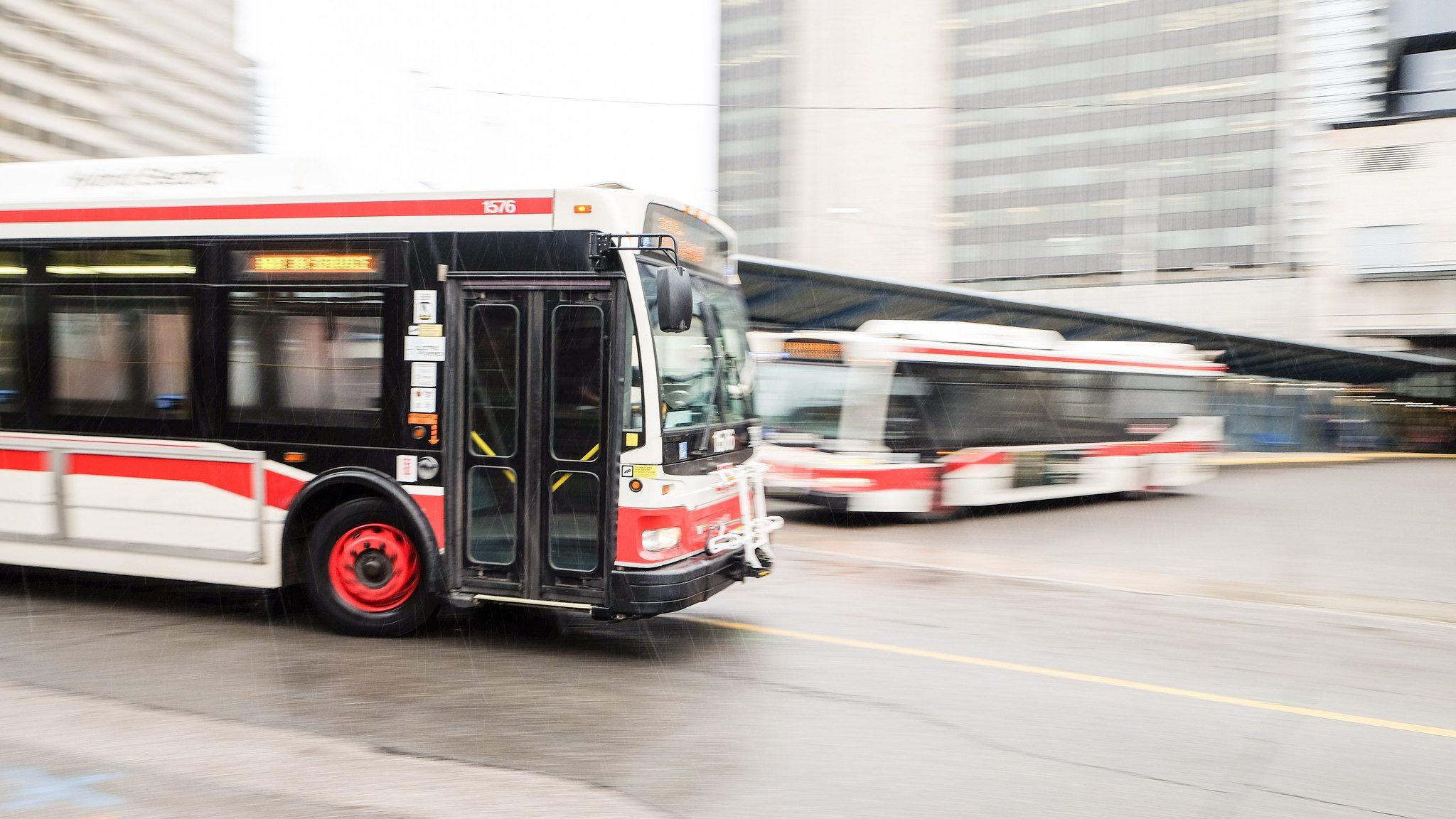Пасажирський автобус влетів у стовп: десятки людей в лікарні