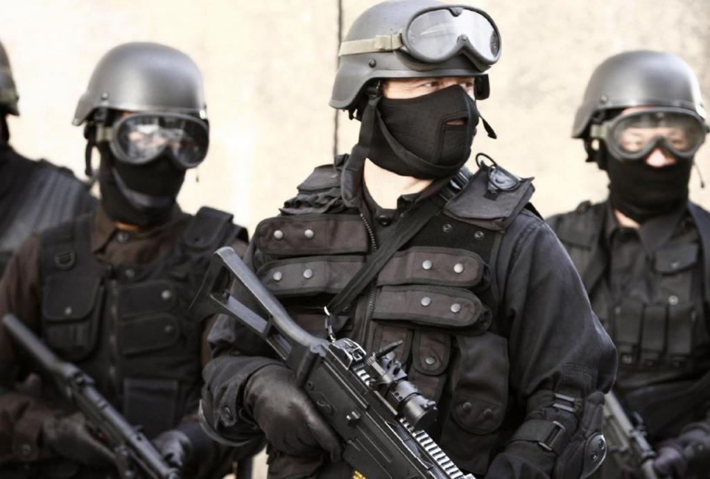 У Києві спецпризначенці взяли штурмом квартиру, в якій забарикадувалися колектори