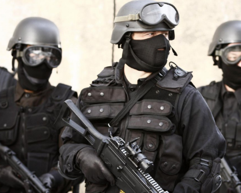 Против Путина: на улице Киева заметили странного «спецназовца», фото