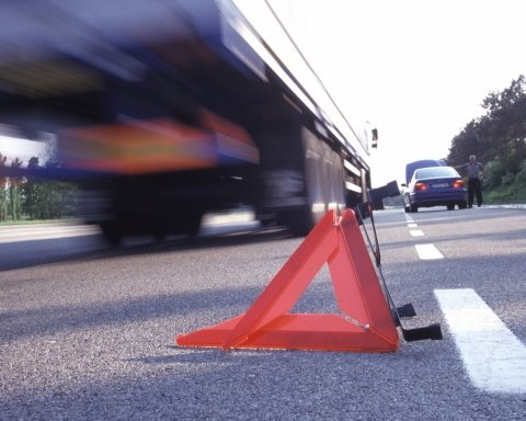 На Львовщине произошло смертельное ДТП с автобусом: первые фото с места аварии