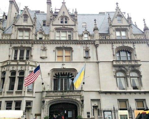 У США стався скандал з російським прапором на українській будівлі: фото та відео