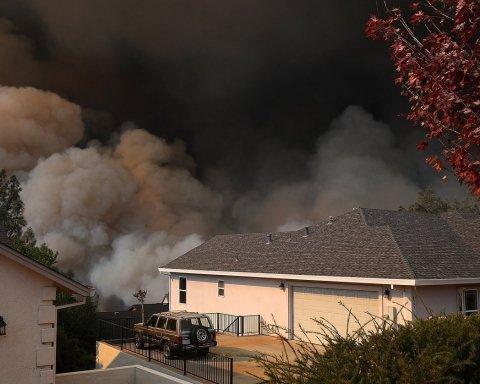 Люди бросают все и бегут: кадры огненного апокалипсиса в Калифорнии, уничтожен целый город