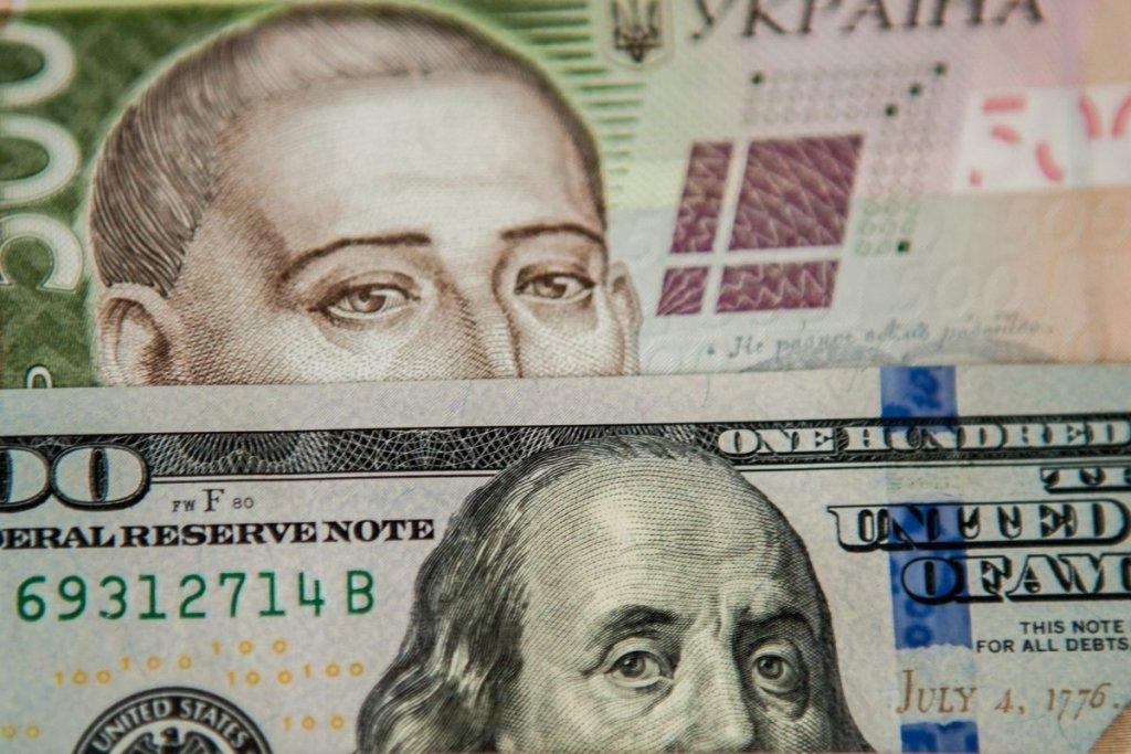 НБУ резко опустил курс доллара
