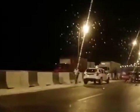 Не справляетесь, тормозите об отбойники: в сети появилось видео ЧП на Крымском мосту
