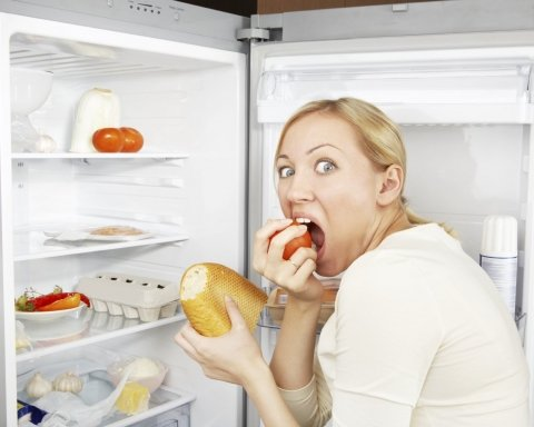 Чрезвычайно опасна: почему нужно отказаться от еды перед сном