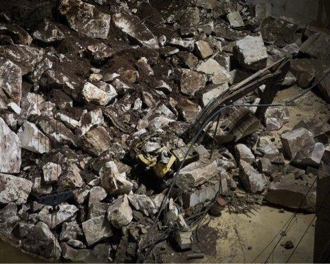 У центрі Києва обвалився міст: подробиці та кадри з місця