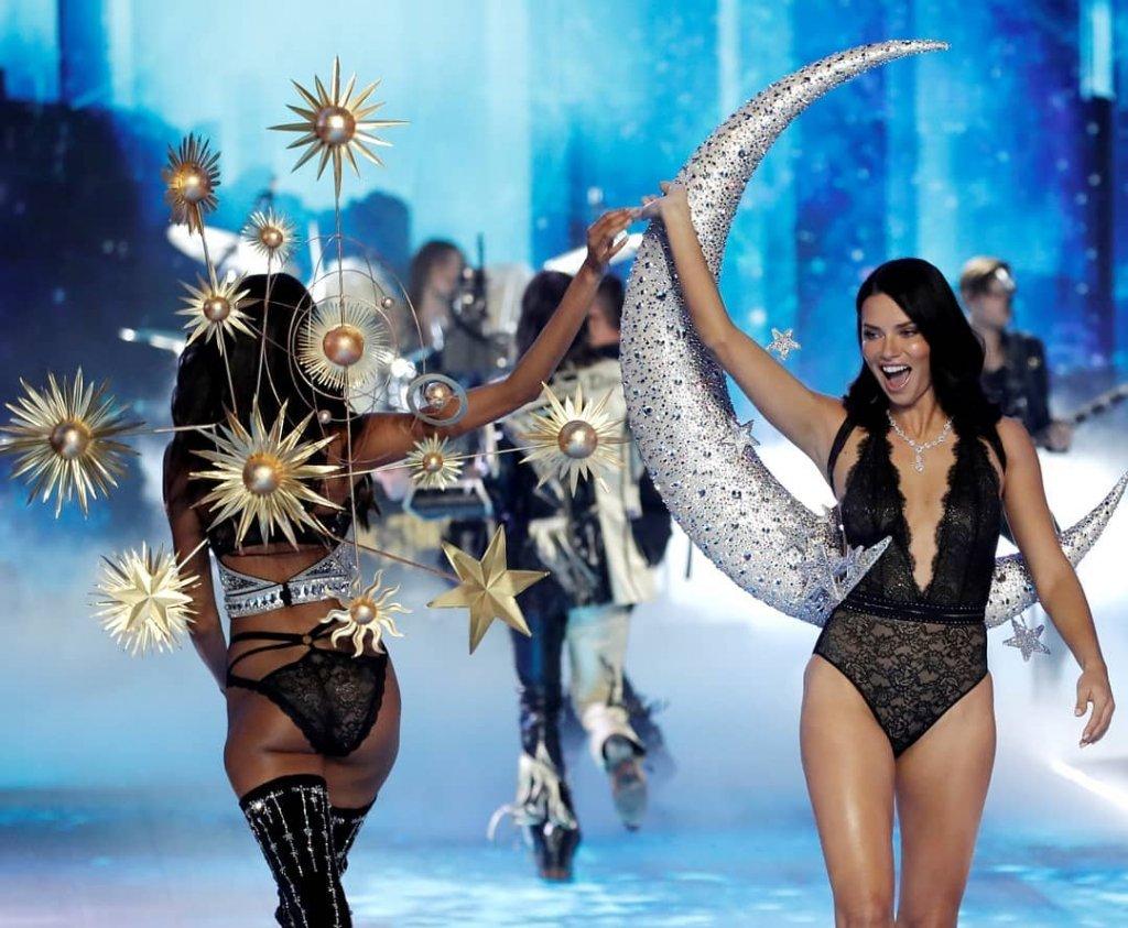 Как прошло шоу Victoria s Secret 2018 в Нью-Йорке  яркие фото и видео 5ac8e3f369ea3