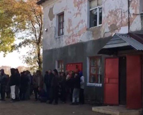 Били та змушували працювати у полі: сотня людей стали рабами в Одеській області