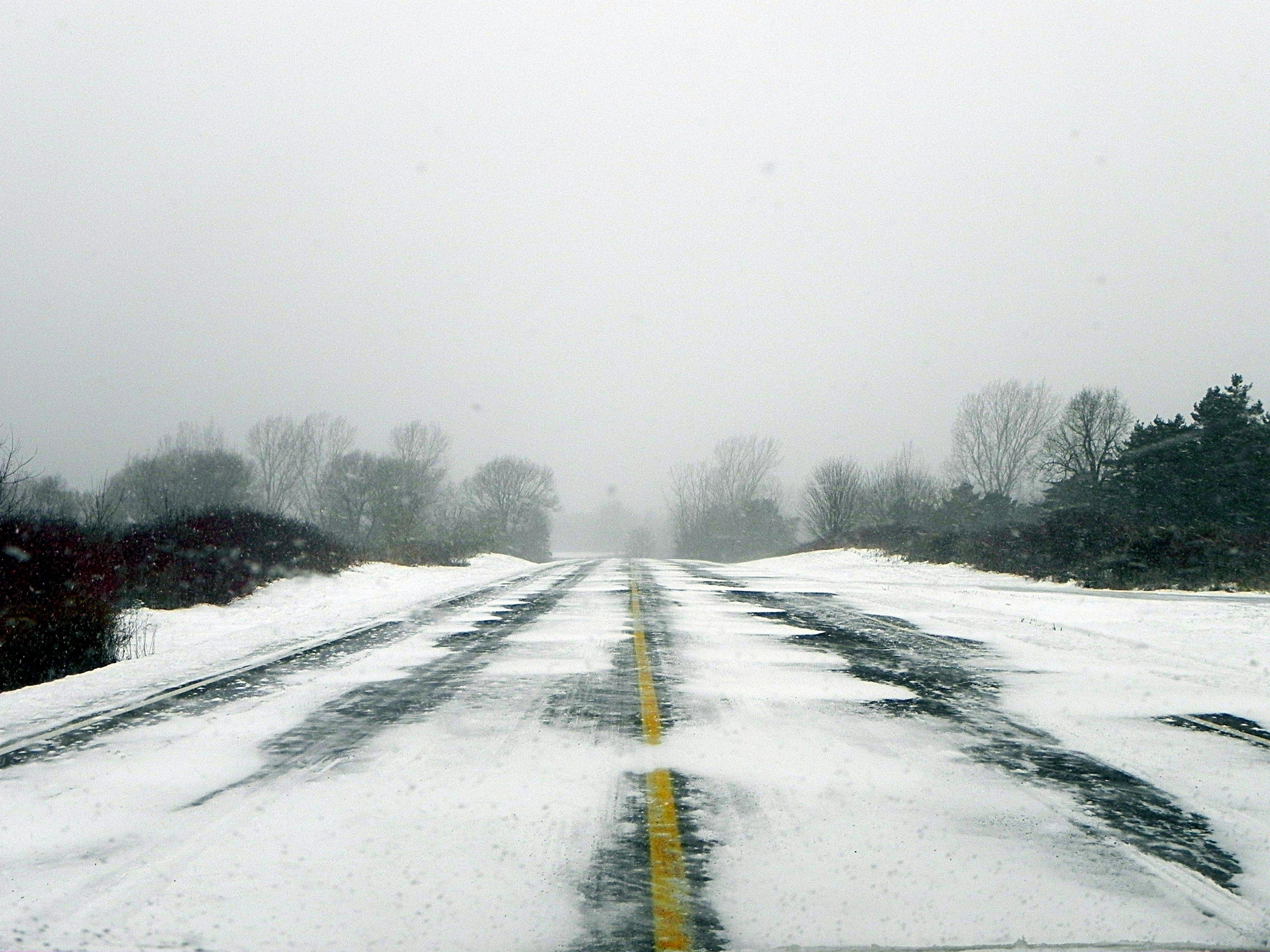 Снігопад по всій країні: що відбувається на трасах в областях