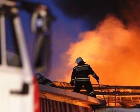 В Британии вспыхнул мощный пожар: подробности и кадры с места