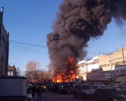 Вспыхнул как угли на мангале: в РФ пылает завод, первые кадры