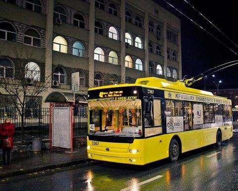 Тролейбус у Києві потрапив у жахливу ДТП: врізався у дерево та втратив керування