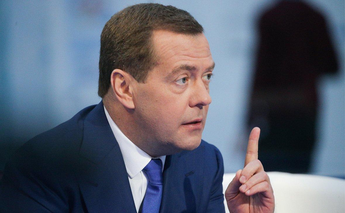 Совсем не уважают: сеть рассмешило новое фото с Медведевым