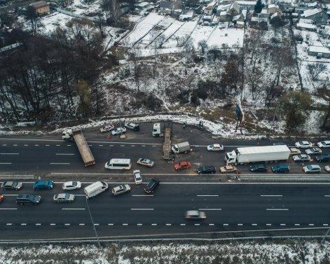 Под Киевом произошло серьезное ДТП: грузовик столкнулся с лесовозом
