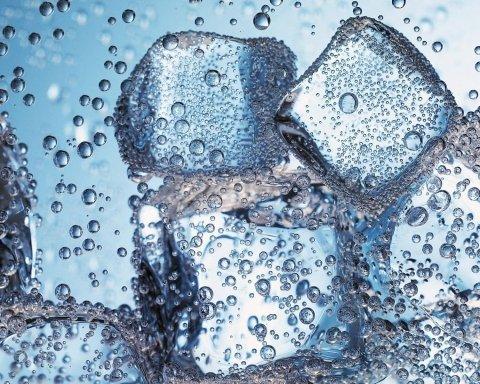 Вчені дозволили пити газовану воду: нове дослідження відкрило користь «забороненого» напою