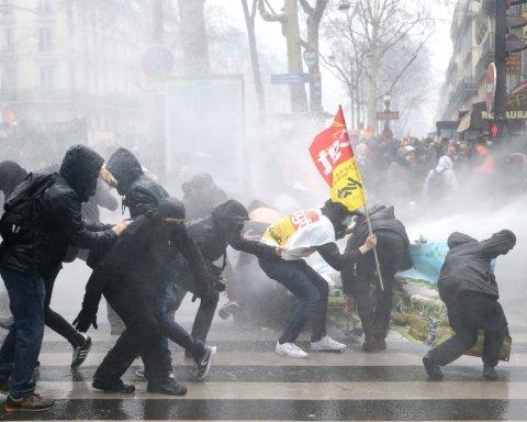 Протести у Франції вилилися в сутички з димом і пострілами: з'явилися відео
