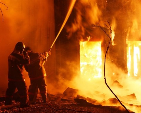 Во Львове подожгли банк, который связывают с РФ: кадры и подробности