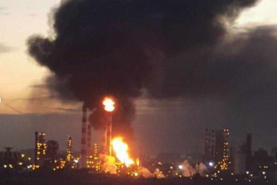 В Москве горит нефтеперерабатывающий завод: видео с места ЧП и подробности