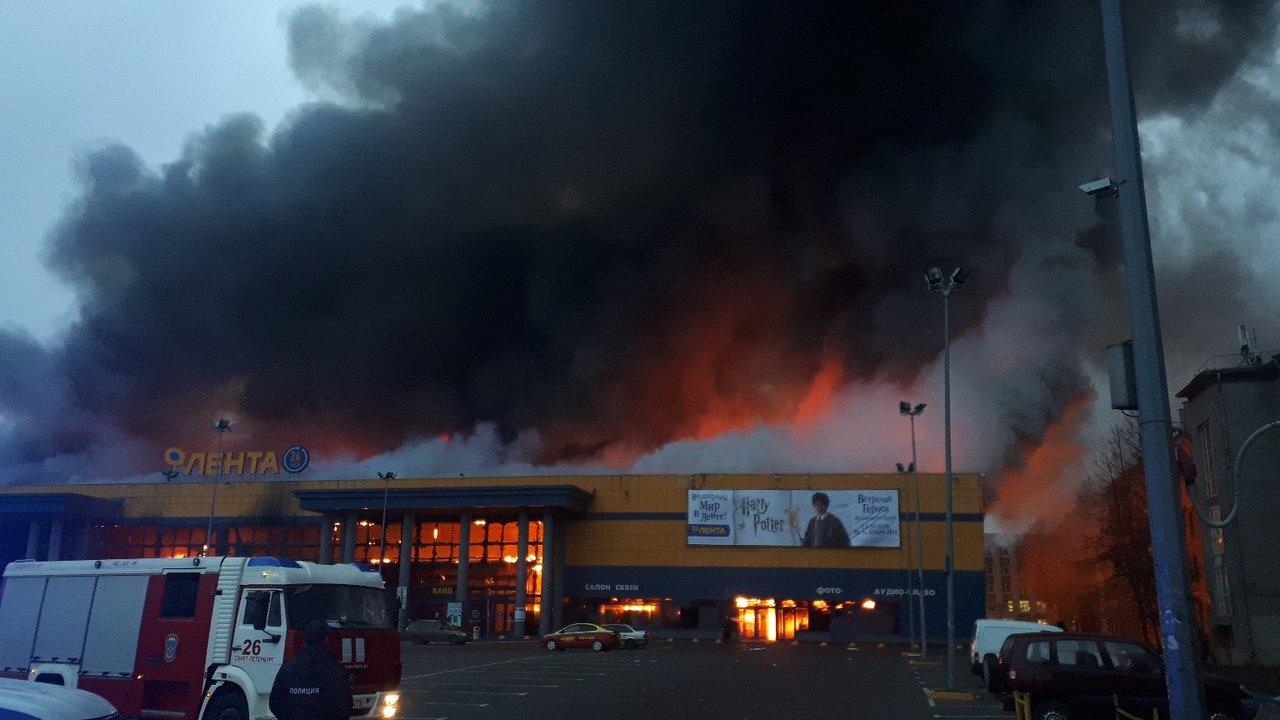 В России вспыхнул масштабный пожар: пламя и столбы дыма попали на видео